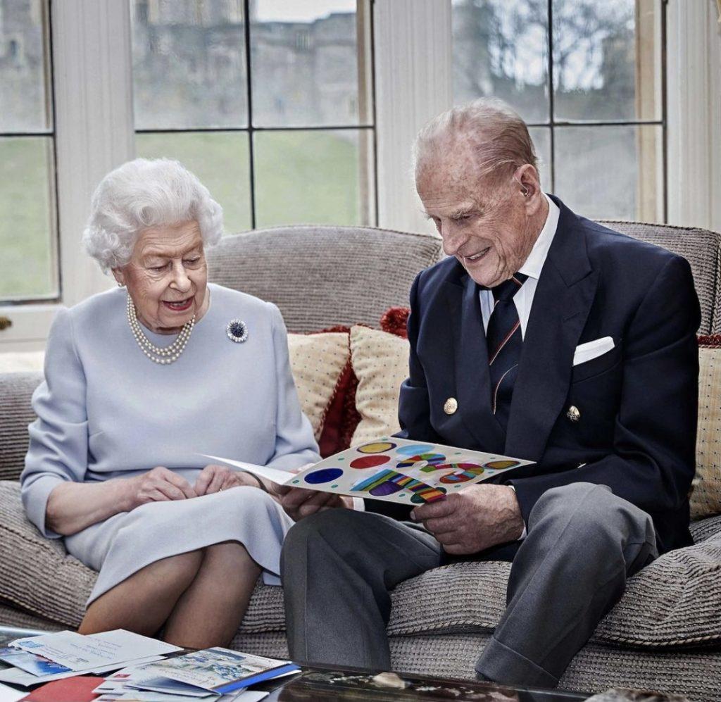 Королевская годовщина свадьбы: новое семейное фото Елизаветы II и принца Филиппа