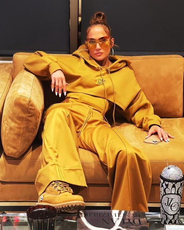 Выбор JLo: звезда надела костюм под цвет своего дивана