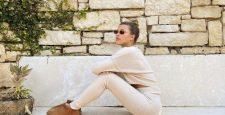 Уютный образ Софии Ричи: трикотажный костюм и короткие ботинки Ugg