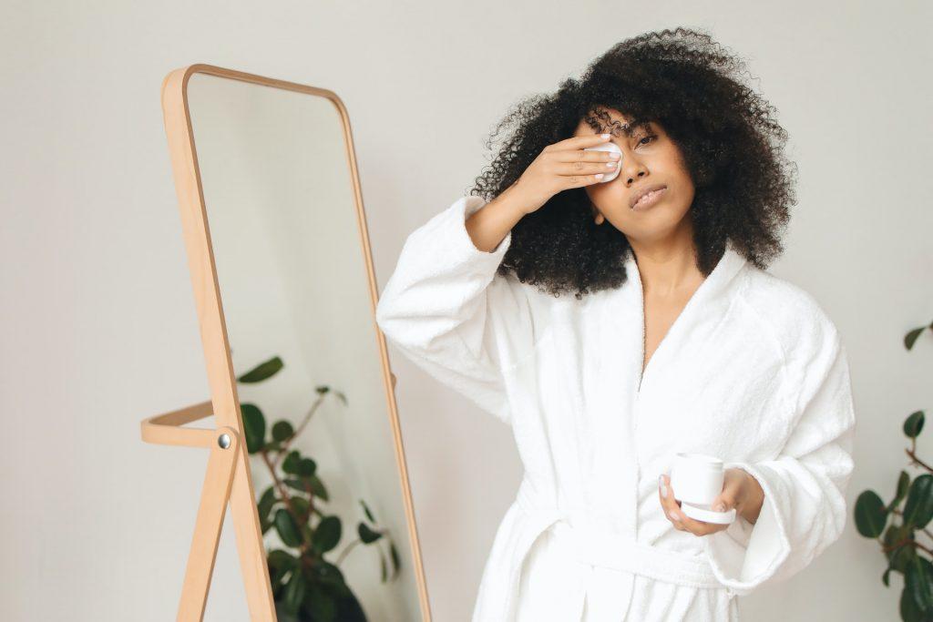 Почему нужно перестать снимать макияж с помощью ватных дисков
